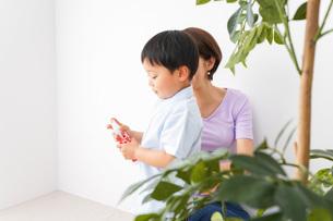 子どもにスプレーをするお母さんの写真素材 [FYI04719815]