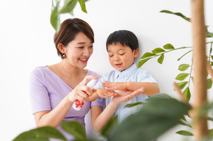 子どもにスプレーをするお母さんの写真素材 [FYI04719819]