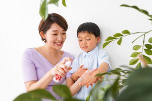 子どもにスプレーをするお母さんの写真素材 [FYI04719825]