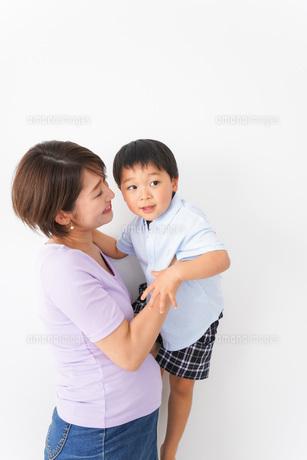 子どもを抱っこするお母さんの写真素材 [FYI04719832]
