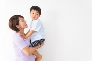 子どもを抱っこするお母さんの写真素材 [FYI04719835]