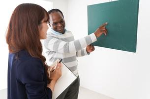 ネイティブの教師から授業を受ける女性の写真素材 [FYI04719855]