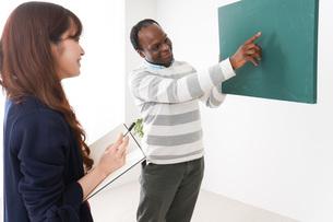 ネイティブの教師から授業を受ける女性の写真素材 [FYI04719861]