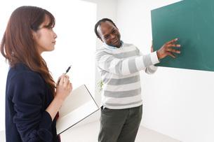 ネイティブの教師から授業を受ける女性の写真素材 [FYI04719863]
