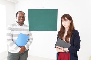 ネイティブの教師から授業を受ける女性の写真素材 [FYI04719865]