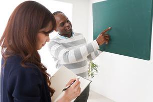 ネイティブの教師から授業を受ける女性の写真素材 [FYI04719870]