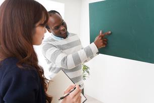ネイティブの教師から授業を受ける女性の写真素材 [FYI04719872]