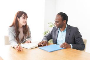 オフィスで会議をする2人のビジネスパーソンの写真素材 [FYI04719882]
