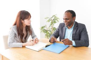 オフィスで会議をする2人のビジネスパーソンの写真素材 [FYI04719891]