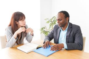 オフィスで会議をする2人のビジネスパーソンの写真素材 [FYI04719894]