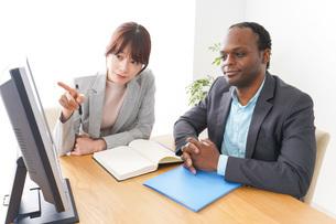 オフィスでパソコンを使う2人のビジネスパーソンの写真素材 [FYI04719908]