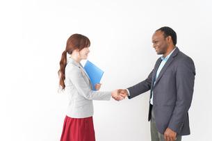 握手をする2人のビジネスパーソンの写真素材 [FYI04719914]