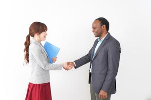 握手をする2人のビジネスパーソンの写真素材 [FYI04719915]