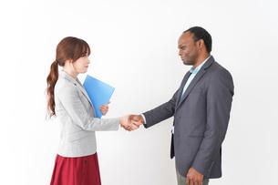 握手をする2人のビジネスパーソンの写真素材 [FYI04719917]