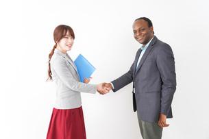 握手をする2人のビジネスパーソンの写真素材 [FYI04719919]