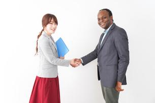 握手をする2人のビジネスパーソンの写真素材 [FYI04719920]