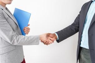 握手をする2人のビジネスパーソンの写真素材 [FYI04719921]