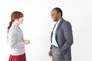 名刺交換をする2人のビジネスパーソンの写真素材 [FYI04719929]