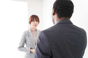 オフィスで意見交換をする2人のビジネスパーソンの写真素材 [FYI04719937]