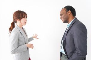 オフィスで意見交換をする2人のビジネスパーソンの写真素材 [FYI04719940]