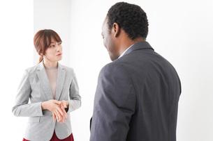 オフィスで意見交換をする2人のビジネスパーソンの写真素材 [FYI04719941]