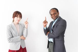 指を指す2人のビジネスパーソンの写真素材 [FYI04719946]