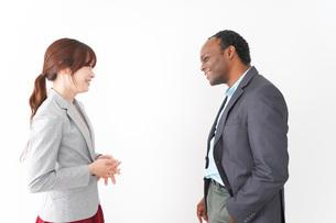 オフィスで意見交換をする2人のビジネスパーソンの写真素材 [FYI04719949]
