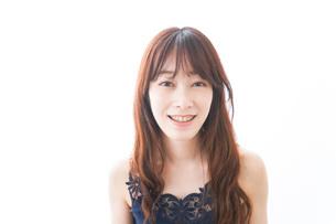 歯列矯正をする若い女性の写真素材 [FYI04719951]