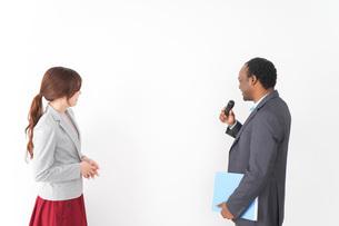 プレゼンテーションをする2人のビジネスパーソンの写真素材 [FYI04719955]