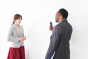 プレゼンテーションをする2人のビジネスパーソンの写真素材 [FYI04719957]