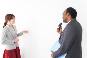 プレゼンテーションをする2人のビジネスパーソンの写真素材 [FYI04719958]
