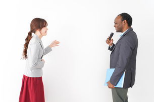 プレゼンテーションをする2人のビジネスパーソンの写真素材 [FYI04719961]