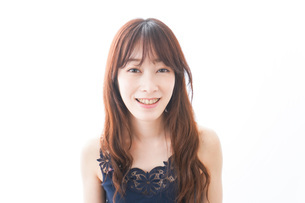 歯列矯正をする若い女性の写真素材 [FYI04719962]