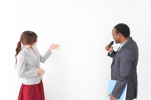 プレゼンテーションをする2人のビジネスパーソンの写真素材 [FYI04719963]