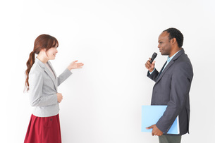 プレゼンテーションをする2人のビジネスパーソンの写真素材 [FYI04719964]
