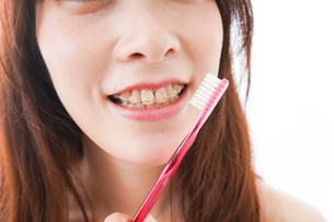 歯列矯正をする若い女性の写真素材 [FYI04719974]