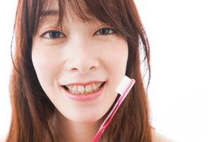 歯列矯正をする若い女性の写真素材 [FYI04719979]