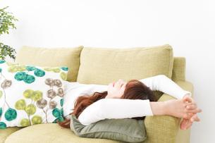 部屋でリラックスをする若い女性の写真素材 [FYI04719982]