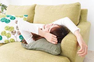 部屋でリラックスをする若い女性の写真素材 [FYI04719987]