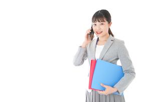 通話をするスーツを着たビジネスウーマンの写真素材 [FYI04719993]