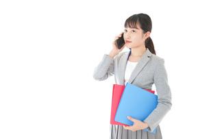 通話をするスーツを着たビジネスウーマンの写真素材 [FYI04719998]