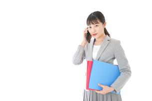 通話をするスーツを着たビジネスウーマンの写真素材 [FYI04719999]