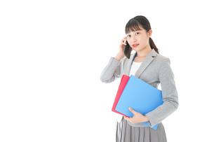 通話をするスーツを着たビジネスウーマンの写真素材 [FYI04720001]