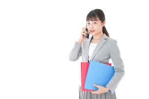通話をするスーツを着たビジネスウーマンの写真素材 [FYI04720002]