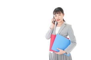 通話をするスーツを着たビジネスウーマンの写真素材 [FYI04720004]