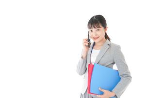 通話をするスーツを着たビジネスウーマンの写真素材 [FYI04720007]