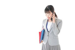 通話をするスーツを着たビジネスウーマンの写真素材 [FYI04720009]