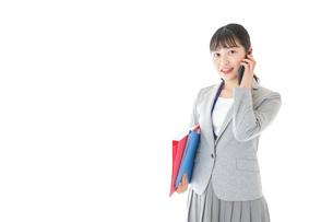 通話をするスーツを着たビジネスウーマンの写真素材 [FYI04720010]