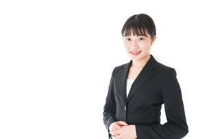 笑顔のスーツを着たビジネスウーマンの写真素材 [FYI04720011]