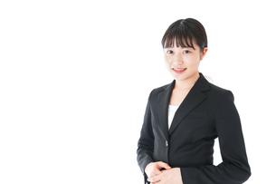 笑顔のスーツを着たビジネスウーマンの写真素材 [FYI04720012]